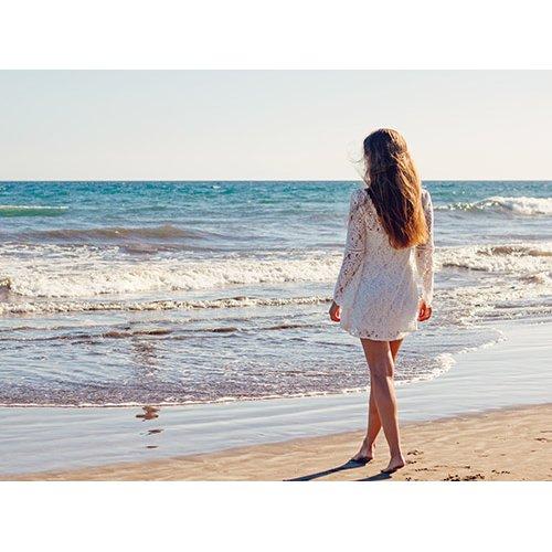 Plakatas Mergina pliaže